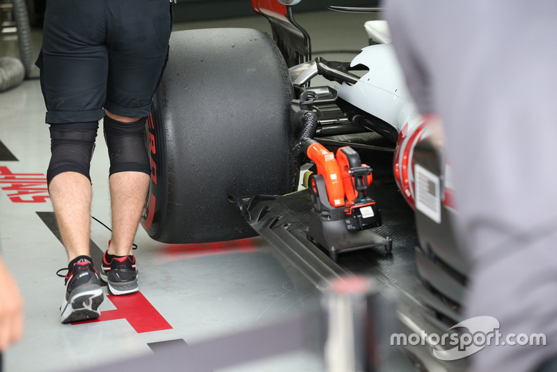 Haas F1 Team VF-18 floor detail