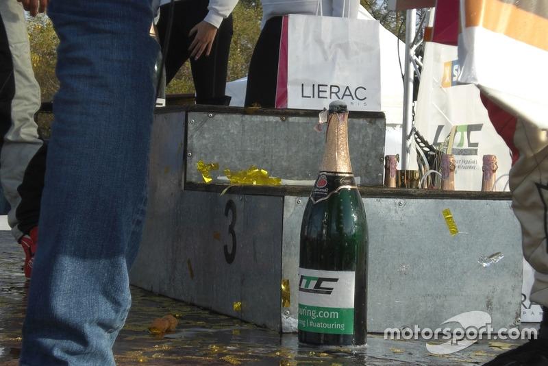 Шампанське також не втримне в пляшці як й самі гонщики на старті)))