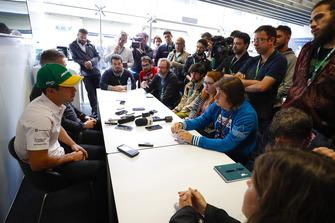 Gil de Ferran, Direttore sportivo, McLaren, annuncia ai media il nuovo collaudatore e pilota sviluppatore McLaren, Sergio Sette Camara