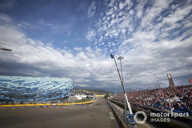 Valtteri Bottas, Mercedes AMG F1, lidera a Lewis Hamilton, Mercedes AMG F1