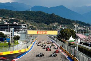 Valtteri Bottas, Mercedes AMG F1 W09 leads Lewis Hamilton, Mercedes AMG F1 W09 and Sebastian Vettel, Ferrari SF71H