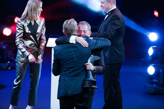 Martin Brundle presents the Gregor Grant Award to Mika Hakkinen