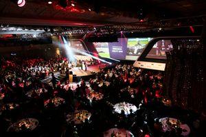 Allan McNish reikt de Racing Car of The Year award uit