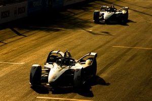 Jose Maria Lopez, Geox Dragon Racing devant Mitch Evans, Panasonic Jaguar Racing, Jaguar I-Type 3