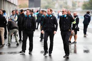 Paul Fickers, directeur de la performance, Gérry Hughes, team principal NIO Formula E, Christian Silk, directeur de la performance, dans la voie des stands