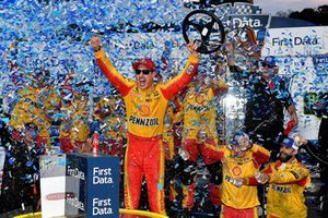 Race winner Joey Logano, Team Penske, Ford Fusion Shell Pennzoil
