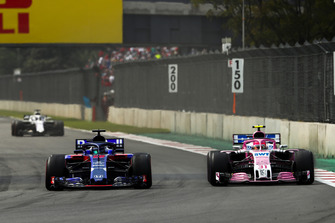 Brendon Hartley, Toro Rosso STR13, battles with Esteban Ocon, Racing Point Force India VJM11