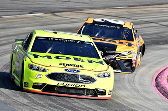 Ryan Blaney, Team Penske, Ford Fusion Menards/Moen, Erik Jones, Joe Gibbs Racing, Toyota Camry DeWalt