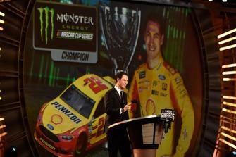 Il Campione Joey Logano, Team Penske, parla sul palco