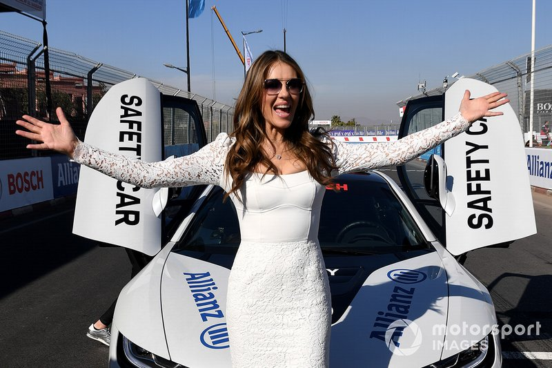 L'attrice Elizabeth Hurley con la Safety Car