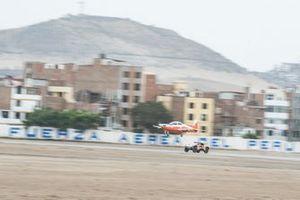 #306 PH-Sport Peugeot 3008 DKR: Sébastien Loeb, Daniel Elena races against an airplane