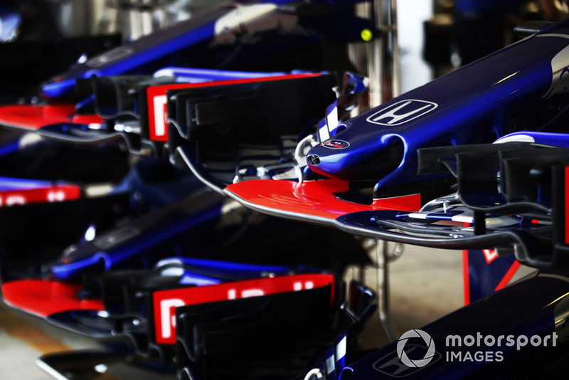 Scuderia Toro Rosso STR13 nariz y alas en el pit lane