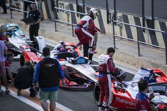 Pascal Wehrlein, Mahindra Racing, M5 Electro, esce dalla sua monoposto