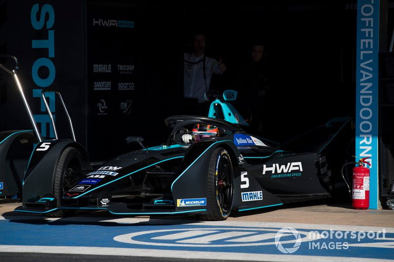 Stoffel Vandoorne, HWA Racelab, VFE-05, nel garage