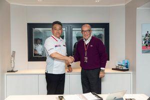 CEO Dorna Sports S.L., Carmelo Ezpeleta dan Masashi Yokomura, Executive Officer, and Lubricants Business General Manager of Idemitsu Kosan., Co Ltd