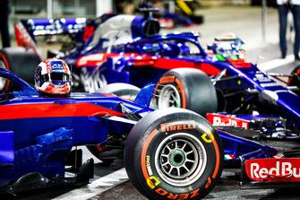 Les voitures de Pierre Gasly, Scuderia Toro Rosso STR13 et Brendon Hartley, Toro Rosso STR13