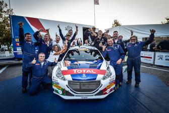 Il team Peugeot festeggia il titolo