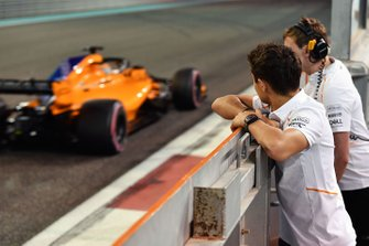 Lando Norris, McLaren watches Carlos Sainz Jr., McLaren MCL33