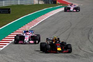 Max Verstappen, Red Bull Racing RB14, voor Esteban Ocon, Racing Point Force India VJM11, en Sergio Perez, Racing Point Force India VJM11