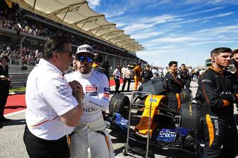 Zak Brown, Executive Director, McLaren Racing, en Fernando Alonso, McLaren, op de grid