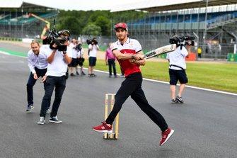 Antonio Giovinazzi, Alfa Romeo Racing playing cricket
