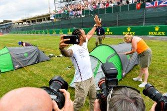 Lewis Hamilton, Mercedes AMG F1 toma un selfie con una tribuna llena de fans