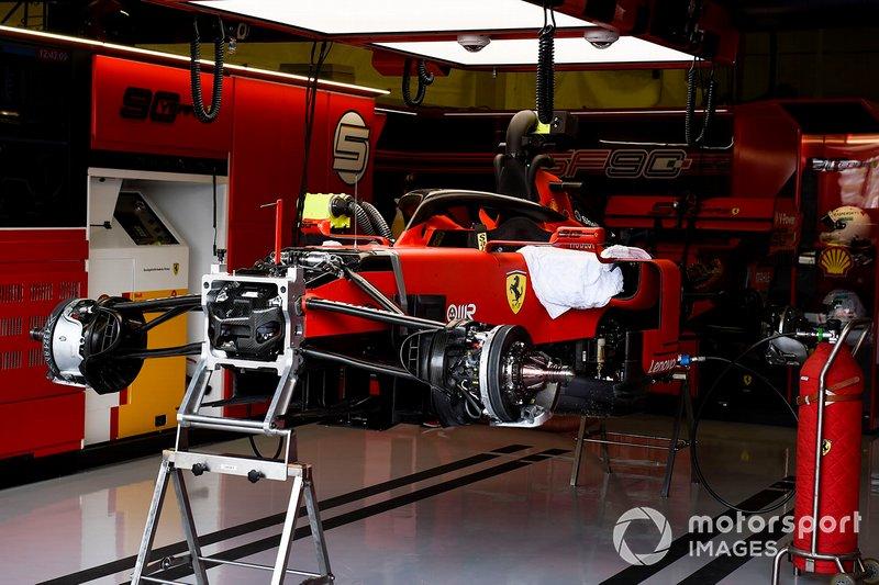 El coche de Sebastian Vettel, Ferrari SF90, medio construido en el garaje