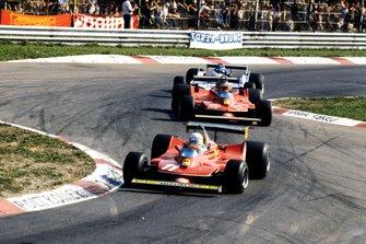 Jody Scheckter, Ferrari 312T4 precede Gilles Villeneuve, Ferrari 312T4B e Jacques Laffite, Ligier JS11 Ford