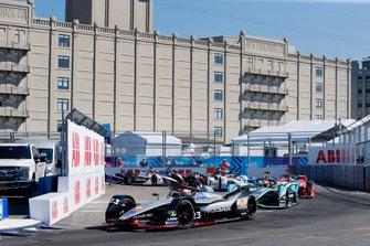 Sébastien Buemi, Nissan e.Dams, Nissan IMO1, Alex Lynn, Panasonic Jaguar Racing, Jaguar I-Type 3, at the start of the race