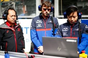 Toyoharu Tanabe, F1 Technical Director, Honda, on the grid with Toro Rosso engineers