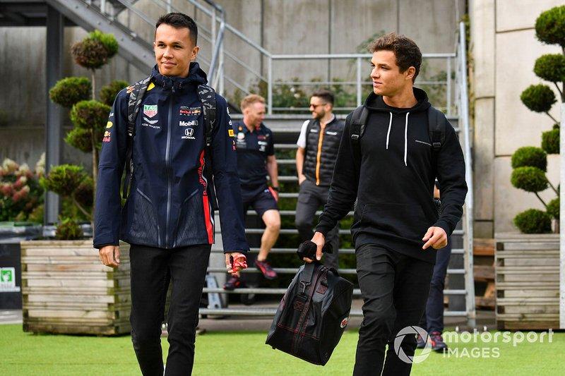 Alex Albon, Red Bull, et Lando Norris, McLaren, arrivent au circuit
