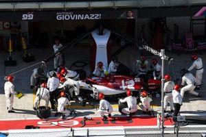 Antonio Giovinazzi, Alfa Romeo Racing C38, fa un pit stop