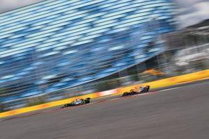 Valtteri Bottas, Mercedes AMG W10, devant Lando Norris, McLaren MCL34