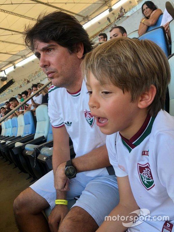 Cacá Bueno com o primeiro filho, Cadu, no Maracanã, em um dos raros momentos de folga do semestre