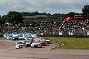 Partenza della gara, Sam Tordoff, AMD Tuning Honda Civic precede Jason Plato, Power Maxed Racing Vauxhall