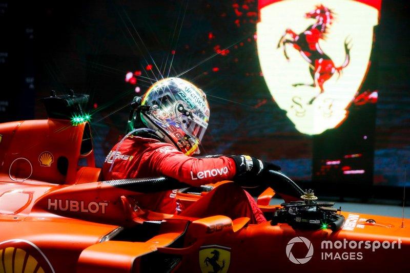 Ganador de la carrera Sebastian Vettel, Ferrari en el Parc Ferme