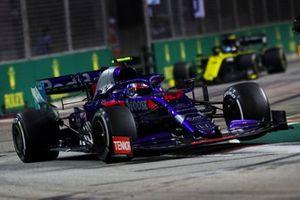 Pierre Gasly, Toro Rosso STR14, leads Daniel Ricciardo, Renault F1 Team R.S.19