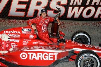 Dario Franchitti celebrates his championship