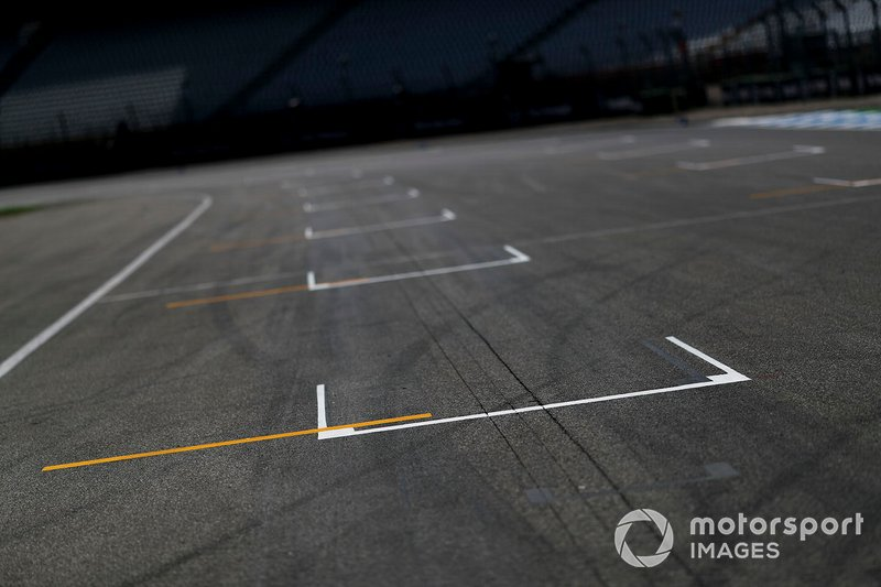 Track detail on the starting grid