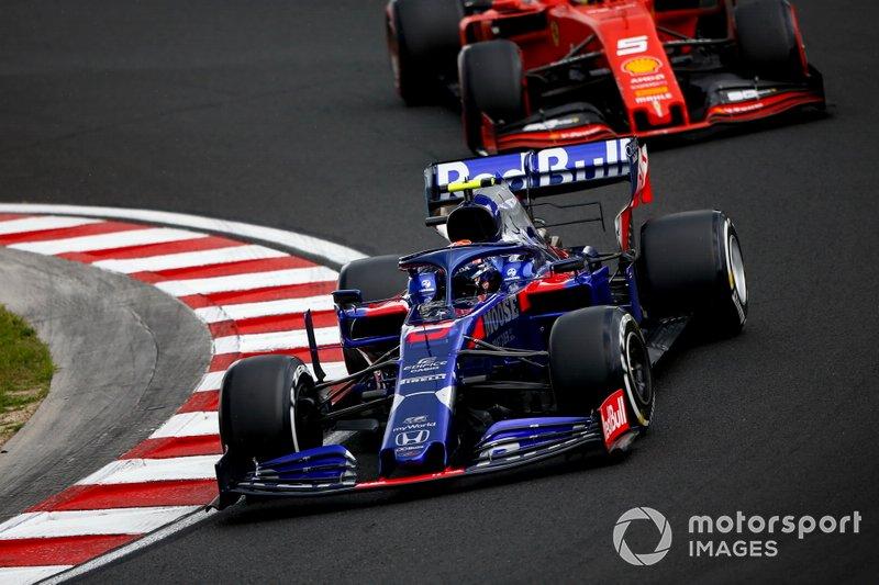 Alexander Albon, Toro Rosso STR14, y Sebastian Vettel, Ferrari SF90