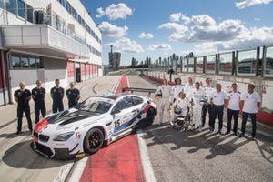 Il BMW Team Italia posa accanto alla BMW M6 GT3