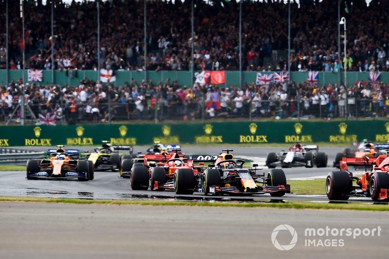 Max Verstappen, Red Bull Racing RB15, lidera a Sebastian Vettel, Ferrari SF90, y Lando Norris, McLaren MCL34, en la vuelta de formación.