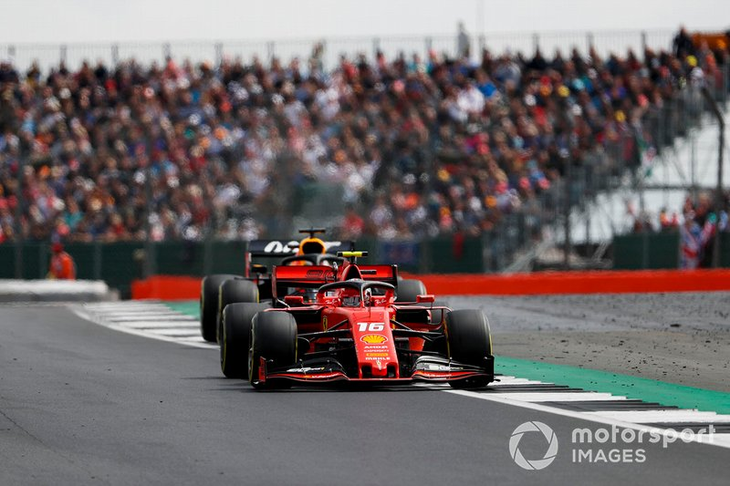 Charles Leclerc, Ferrari SF90, precede Max Verstappen, Red Bull Racing RB15