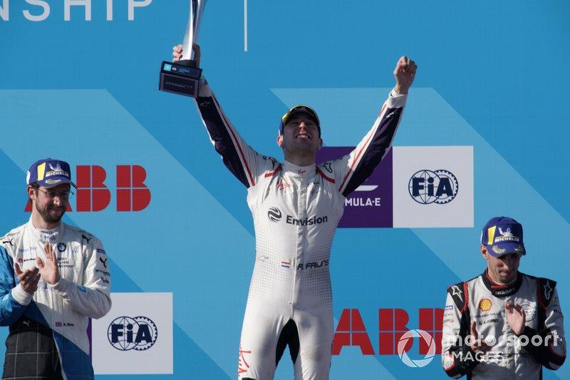 Il vincitore della gara Robin Frijns, Envision Virgin Racing festeggia sul podio con Alexander Sims, BMW I Andretti Motorsports, seconda posizione, Sébastien Buemi, Nissan e.Dams, terza posizione