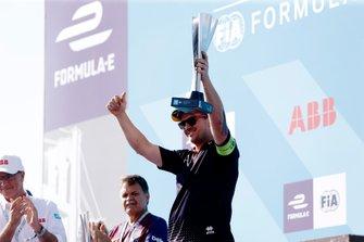 Anthony Moore, Capo Meccanico per Envision Virgin Racing solleva il trofeo dei costruttori sul podio