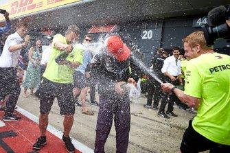 Команда Mercedes AMG F1 празднует победу Льюиса Хэмилтона