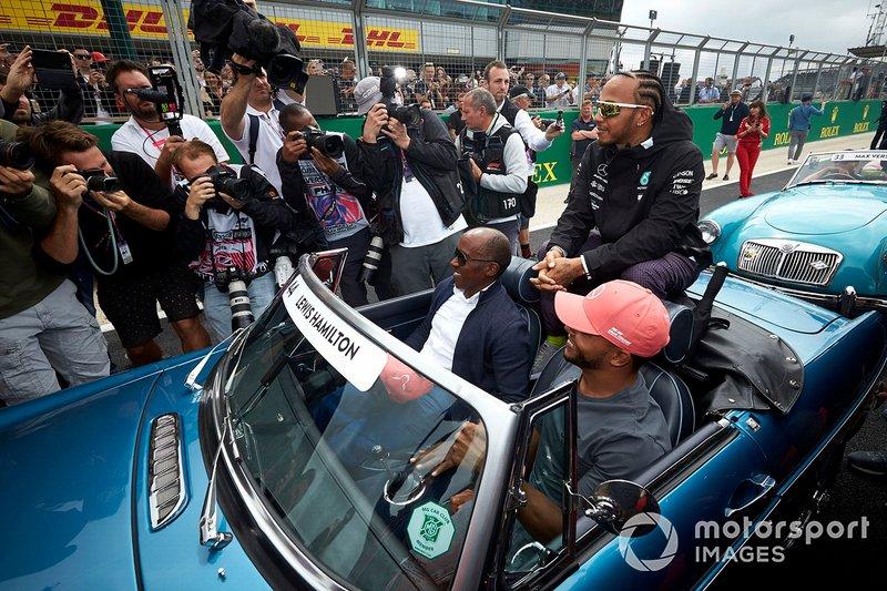Lewis Hamilton, Mercedes AMG F1, con su padre Anthony y su hermano Nicolás