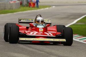 Jody Scheckter fait une démonstration de la Ferrari 312T4 avec laquelle il a gagné le titre de Champion du monde il y a 40 ans