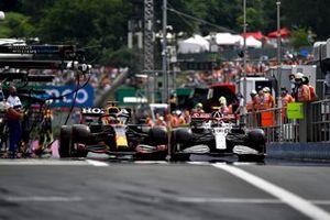 Max Verstappen, Red Bull Racing RB16B, Antonio Giovinazzi, Alfa Romeo Racing C41, in the pits