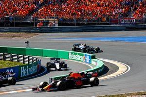 Max Verstappen, Red Bull Racing RB16B, passa mentre George Russell, Williams FW43B, esce dai box